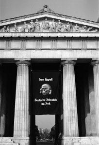 Hans Haacke, Die Fahne hoch, Argus Auge, München 1991