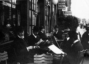 Otto Wagner, Josef Hoffmann und Kolo Moser im Straßencafe. Bildarchiv der Österreichischen Nationalbibliothek, Wien